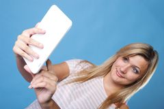 Mädchen mit Tablet-Computer ebook Leser-Berührungsflächen-PC Stockfotos