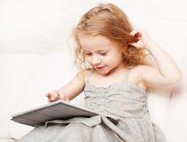 Mädchen mit Tablette lizenzfreie stockbilder