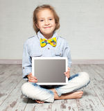 Mädchen mit Tablette lizenzfreies stockfoto
