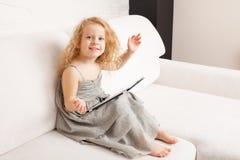 Mädchen mit Tablette stockbild