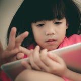 Mädchen mit Tablette stockbilder