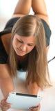 Mädchen mit Tablette-PC Lizenzfreies Stockfoto