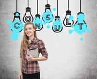 Mädchen mit Tablette und konsultieren Glühlampen Stockfotografie