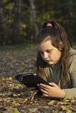 Mädchen mit Tablettecomputer Lizenzfreies Stockfoto