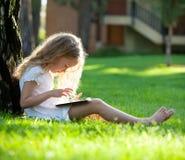 Mädchen mit Tabletten-PC draußen stockfotografie