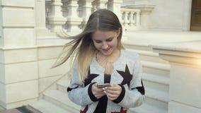 Mädchen mit Tabletten-PC ja stock footage