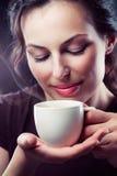 Mädchen mit Tasse Kaffee Stockfotos