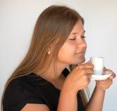 Mädchen mit Tasse Kaffee Stockfoto