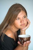 Mädchen mit Tasse Kaffee Stockbilder