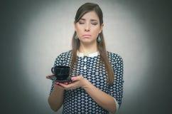 Mädchen mit Tasse Kaffee Süßes Hörnchen und ein Tasse Kaffee im Hintergrund Kaffee und mehr Porträt der jungen Frau auf Weiß Kaff Stockbild