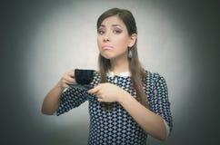 Mädchen mit Tasse Kaffee Süßes Hörnchen und ein Tasse Kaffee im Hintergrund Kaffee und mehr Porträt der jungen Frau auf Weiß Kaff Lizenzfreie Stockfotos