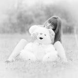Mädchen mit Teddybären stockfoto