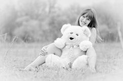 Mädchen mit Teddybären lizenzfreies stockbild