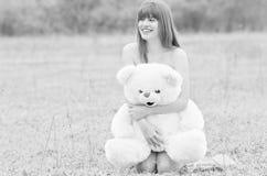 Mädchen mit Teddybären stockfotografie