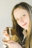 Mädchen mit Tee stockfoto