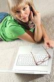 Mädchen mit Telefon und Laptop Lizenzfreie Stockbilder