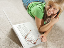 Mädchen mit Telefon und Laptop Lizenzfreie Stockfotos