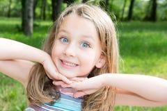 Mädchen mit tiefen blauen Augen im grünen sonnigen Park lizenzfreies stockfoto