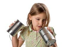 Mädchen mit Tin Can/Schnur-Telefon - verwirrt in der Schnur Lizenzfreie Stockfotos