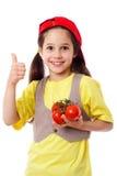 Mädchen mit Tomaten und dem Daumen herauf Zeichen Stockbilder