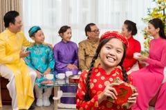 Mädchen mit traditionellem Kuchen lizenzfreies stockbild