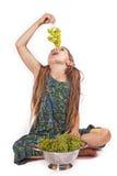 Mädchen mit Trauben Stockbilder