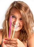 Mädchen mit Trinkhalmen Stockfotografie