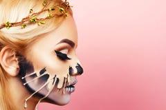 Mädchen mit Tropfenfängern auf dem Gesicht für Halloween Lizenzfreies Stockbild