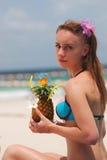 Mädchen mit tropischem Cocktail Lizenzfreie Stockbilder