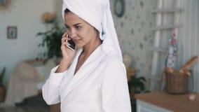 M?dchen mit Tuch auf ihrem Kopf, Gespr?che am Telefon, h?lt Schale in ihren H?nden, Zeitlupe stock video