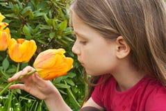 Mädchen mit Tulpe lizenzfreies stockfoto