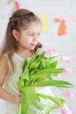 Mädchen mit Tulpen Stockfotos