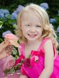 Mädchen mit unordentlichem rosafarbenem kleinem Kuchen Lizenzfreies Stockfoto