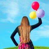 Mädchen mit varicolored Ballonen Stockfotos