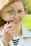 Mädchen mit Vergrößerungsglas Lizenzfreies Stockfoto