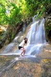 Mädchen mit Wasserfall Stockfotos