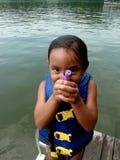 Mädchen mit Wassergewehr Stockfotos