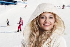 Mädchen mit weißer Haube, ist sie kalt, Stockfotografie