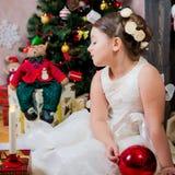 Mädchen mit Weihnachtsgeschenk Stockfotos
