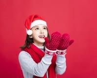 Mädchen mit Weihnachtshut und oben -schauen Stockfoto