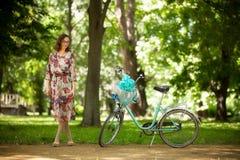Mädchen mit Weinlesefahrrad Stockfotos