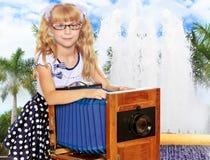 Mädchen mit Weinlesekamera Lizenzfreie Stockfotografie