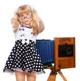 Mädchen mit Weinlesekamera Stockfoto