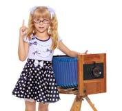 Mädchen mit Weinlesekamera Stockfotografie
