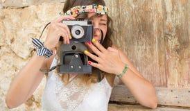 Mädchen mit Weinlesekamera in einer alten Stadt Lizenzfreie Stockfotos