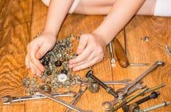 Mädchen mit Werkzeugen in den Händen Lizenzfreie Stockbilder