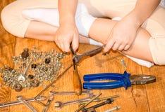 Mädchen mit Werkzeugen in den Händen Stockfotografie