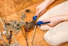 Mädchen mit Werkzeugen in den Händen Lizenzfreies Stockbild