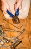Mädchen mit Werkzeugen in den Händen Lizenzfreie Stockfotos