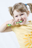 Mädchen mit Zahnbürste lizenzfreie stockfotografie